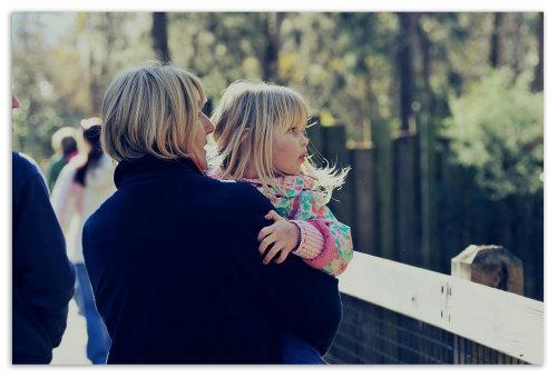 Семья в зоопарке