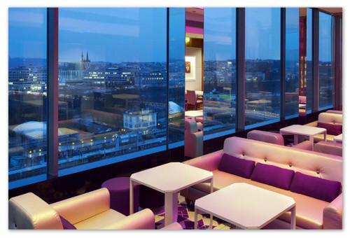 Клуб 9 cloud располагает на последнем этаже гостиницы Хилтон.