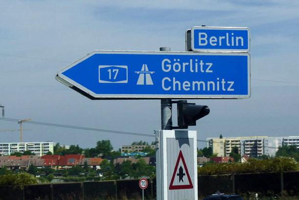 Дорожный указатель на берлинской трассе.
