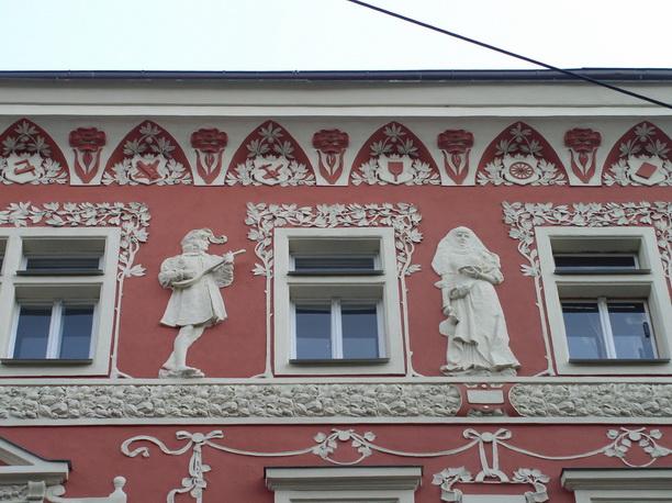 Барельефы на Пражском здании.