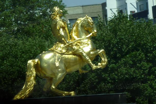 Статуя Августа Сильного на вздыбленном коне.