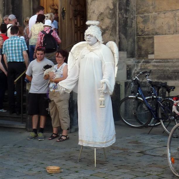 Белый ангел-мим.