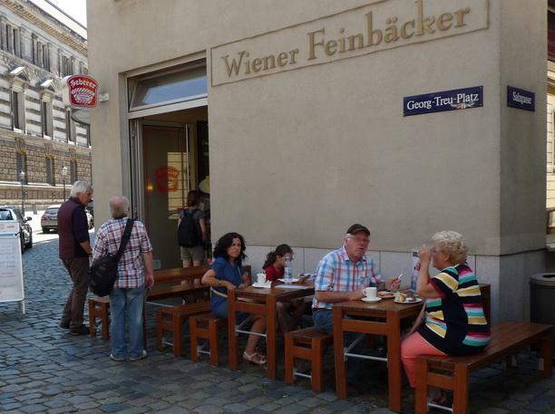 Туристы сели передохнуть в кафе.