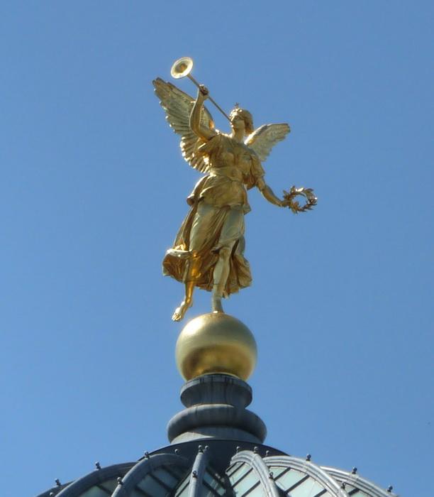 Золотой архангел Гавриил вострубил в свою трубу.