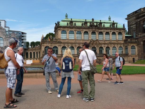 Экскурсовод Николай с членами нашей экскурсионной группы из Праги.