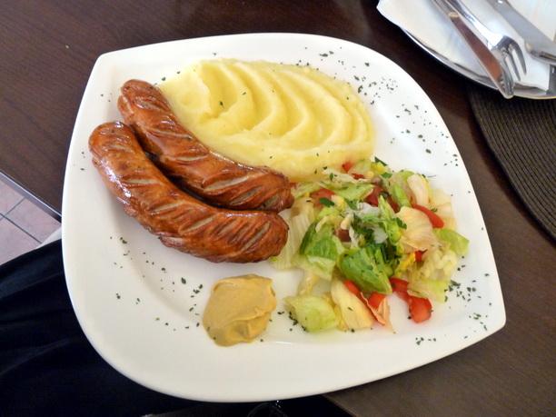 Жареные немецкие колбаски с картовельным пюре, салатом и горчицей.