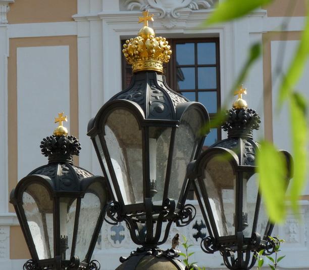 Корона увенчивает уличный фонарь.