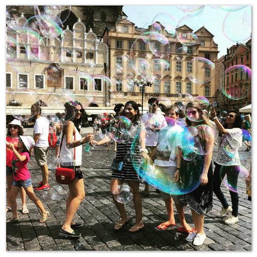 Мыльные пузыри на Староместской площади.