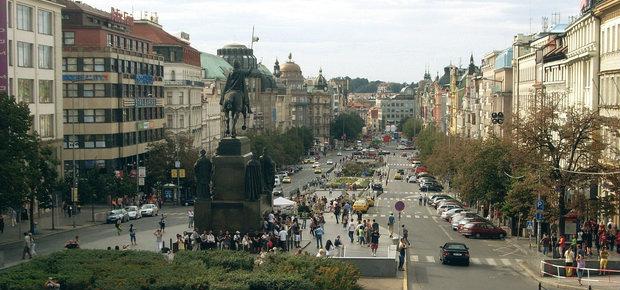 Из Праги экскурсионный автобус забирает туристов с Вацлавской площади рано утром, а вечером туда же привозит.