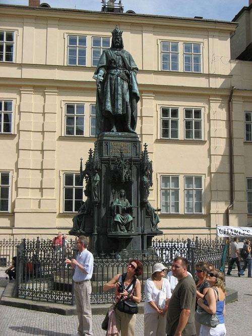 Скульптура чешского короля Карла четвёртого в Праге.
