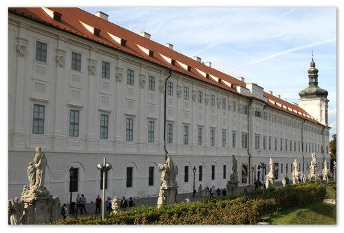 Сейчас в бывшем Иезуитском колледже — музей искусств.