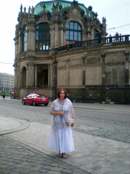 Женщина рядом с музеем.