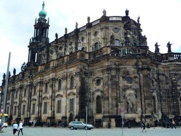 Церковь украшена скульптурами.