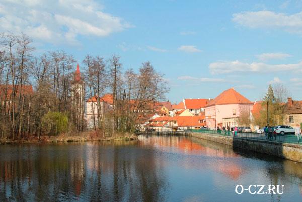 Город на берегу реки.