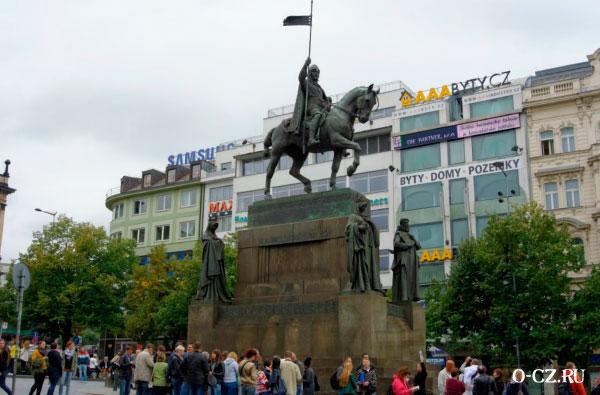 Туристы у памятника.