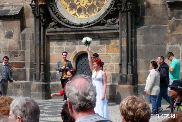 Невеста бросает букет.