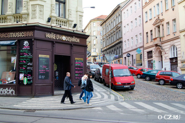 Ресторан рядом с отелем.