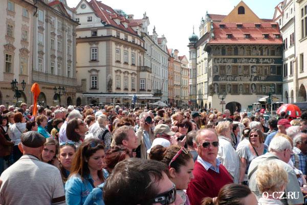 Туристы на площади.