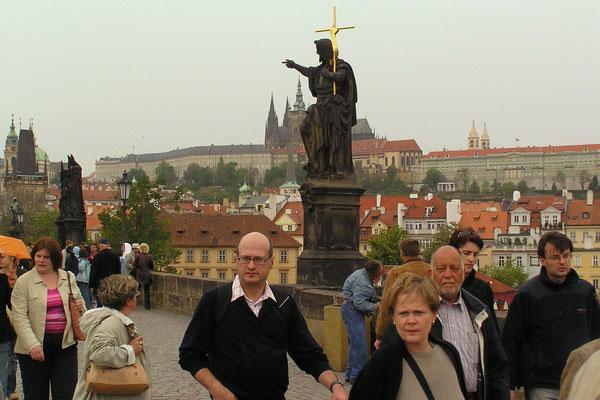 Туристы на Карловом мосту.