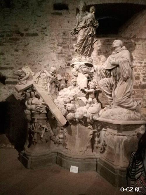Старинные статуи.