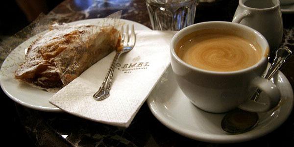 На фото венский штрудель с кофе.