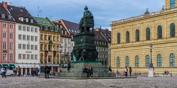 Max-Joseph-Platz — место начала экскурсии.