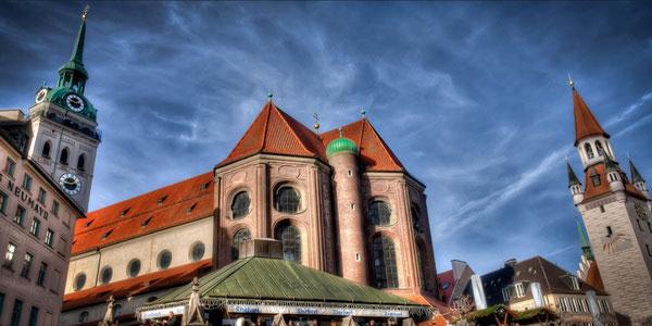 Справа здание Старой ратуши.