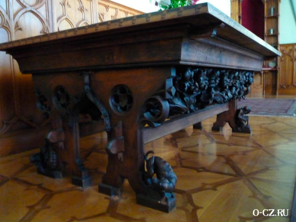 Необычный стол.