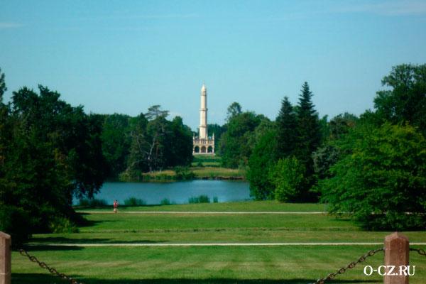 Башня в английском парке.