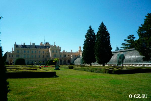 Оранжерея рядом с замком.
