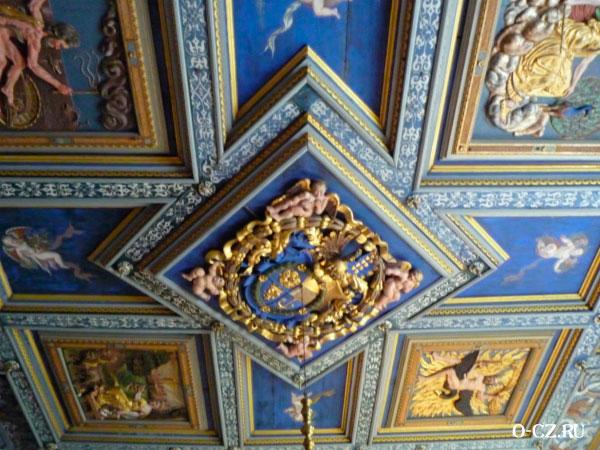 Герб на потолке.