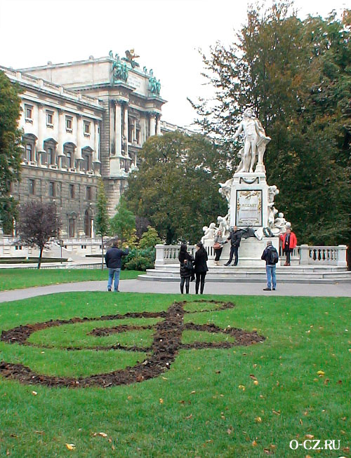 Клумба у памятника.