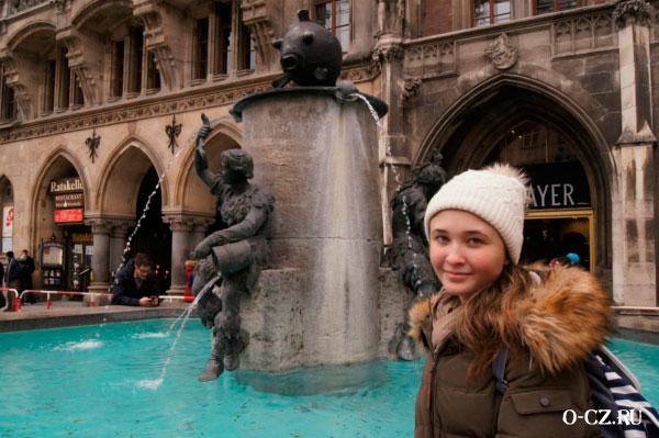 Девушка у фонтана.